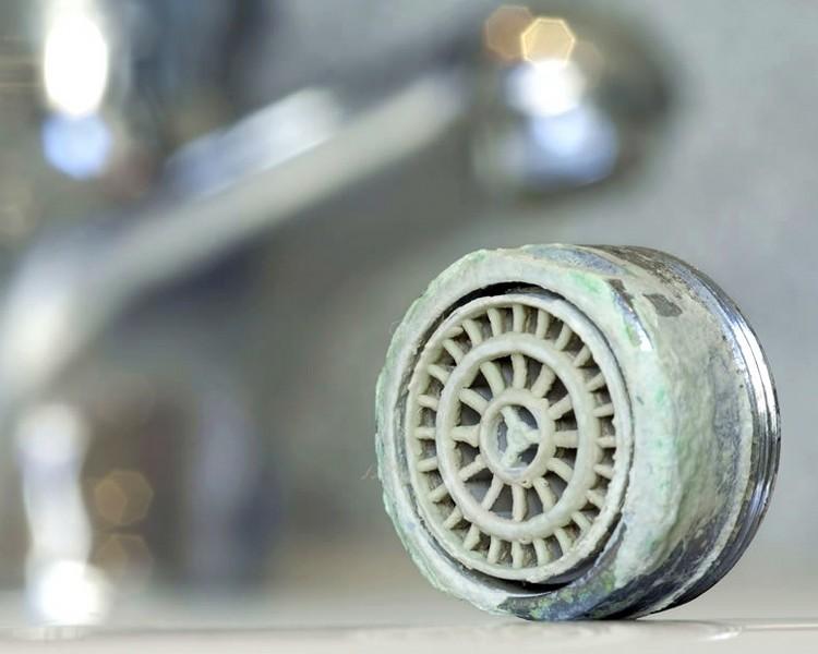 Sert sudan oluşan kireç musluğu kapladı